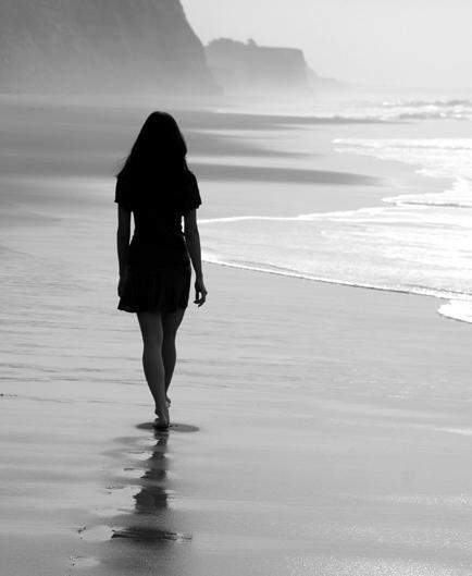 Donna spiaggia solitaria